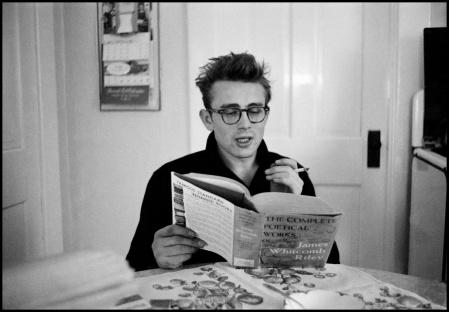 James Dean fuma acompanhado de uma coletânea de James Whitcomb Riley.