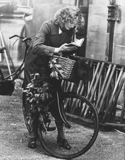 Vanessa Redgrave deu uma pausa no passeio de bicicleta para colocar a leitura em dia.