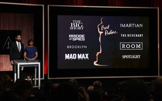 O ator John Krasinski e a presidente da AMPAS Cheryl Boone Isaacs anunciam os indicados a melhor filme.